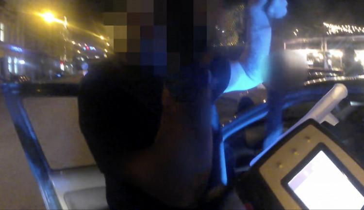 VIDEO: Muže se zadrženým řidičákem prozradil dopravní přestupek. Nadýchal dvě promile