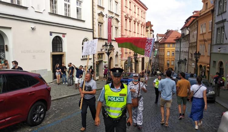 Zhruba 400 lidí v Praze demonstruje kvůli situaci v Bělorusku