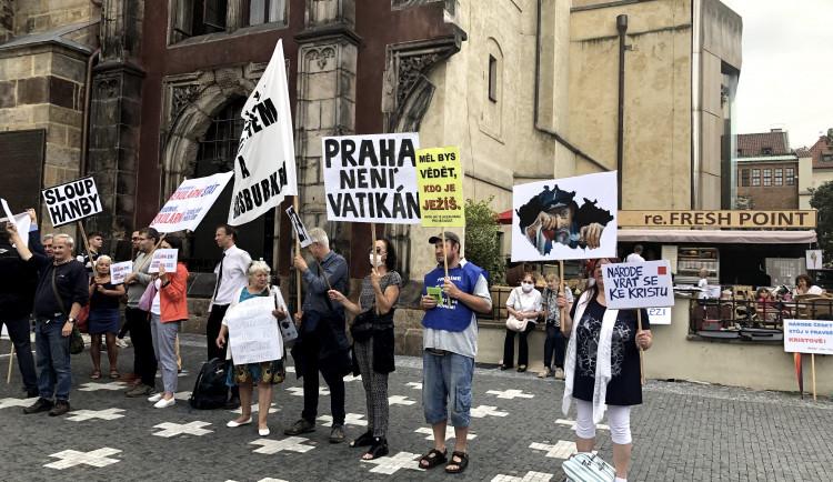 """""""Je to jako znovu postavit pomník Stalina."""" Drbna vyzpovídala protestující proti mariánskému sloupu"""