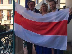 Na pražském magistrátu zavlála historická běloruská vlajka