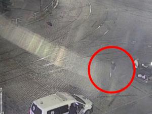 VIDEO: Kolemjdoucí senior začal z ničeho nic urážet strážníky, skončil v poutech