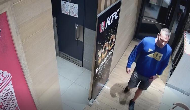 VIDEO: Muž rozbil světelnou reklamu KFC. Po zavíračce ho odmítli obsloužit