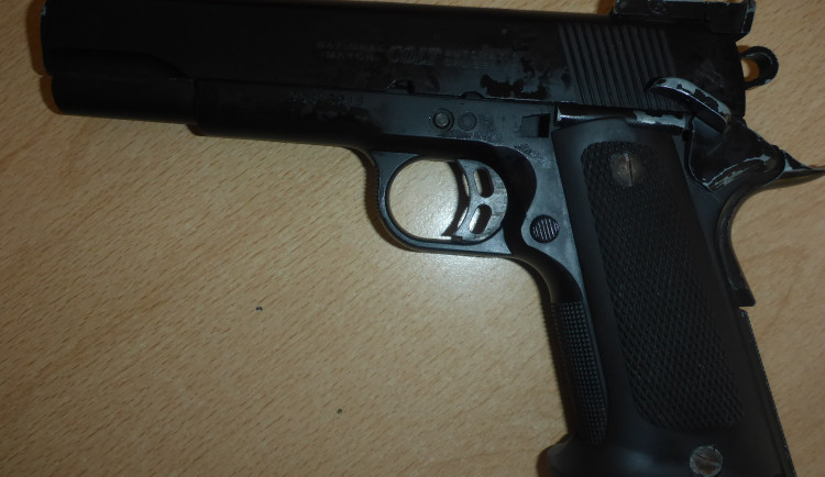 FOTO: Muži před strážníky vypadla z kapsy zbraň. Byl pod vlivem drog