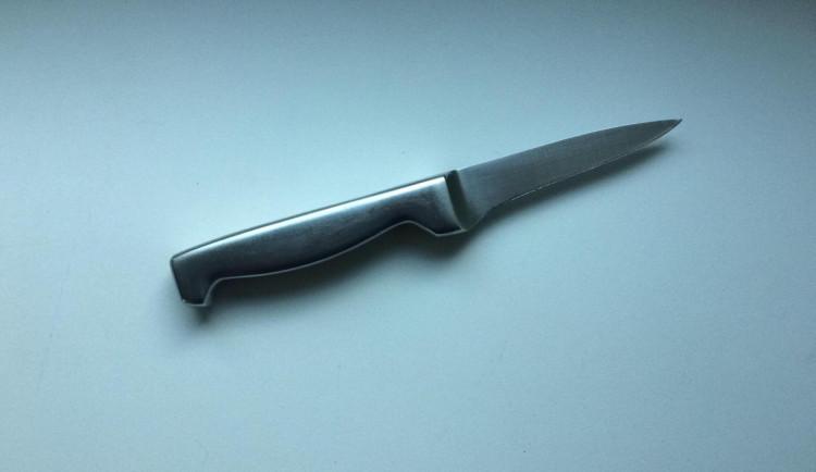 Pár se hádal o peníze. Žena si na obranu vzala kuchyňský nůž