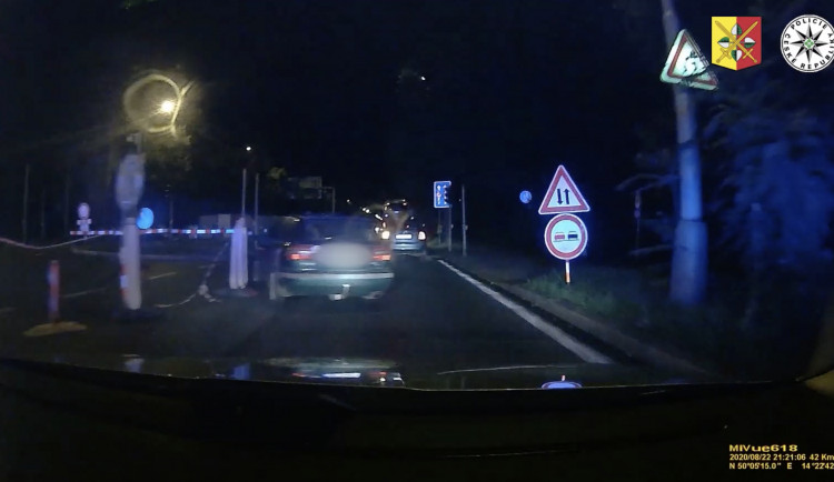 VIDEO: Policie pronásledovala řidiče. Vyskočil za jízdy z auta