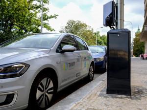 FOTO: Třináct nových stožárů veřejného osvětlení pro dobíjení elektromobilů vzniklo na Vinohradech