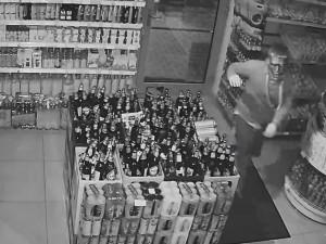 VIDEO: Muž v masce vykradl kasu v obchodě na Střížkově. Pátrá po něm policie