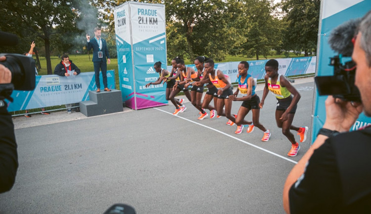 Elitním běžcům v Letenských sadech patřil první záříjový víkend. Byl pokořen ženský rekord