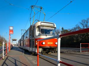 Praha obnovuje preventivní opatření v MHD. Kromě automatického otevírání dveří se omezí také nástup a výstup předními dveřmi