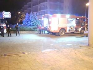 FOTO: Při požáru sklepa v Praze bylo evakuováno osmnáct osob včetně dětí