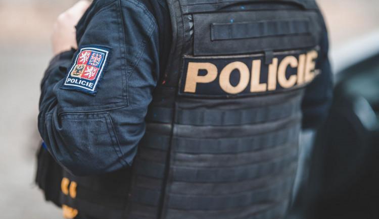 Noční střelba na Žižkově. Střelec zasáhl ženu do nohy