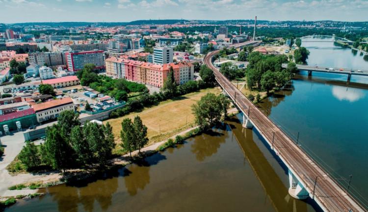 U Vltavy vznikne nový park. Praha 7 vyhlásila soutěž na jeho podobu
