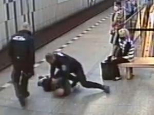 VIDEO: Muž si odmítal nasadit roušku v metru na Florenci. Skončil v poutech