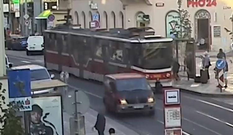 VIDEO: Honička v centru Prahy. Opilý mladík bez řidičáku ujížděl v dodávce strážníkům