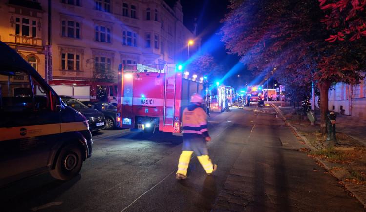 FOTO: V domě v Praze dnes hořelo. Hasiči kvůli masivnímu úniku plynu evakuovali obyvatele