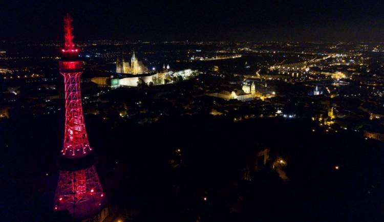 Praha si včera připomněla Světový den dárců kostní dřeně: červeně se rozsvítil Petřín nebo fontána před Národním muzeem