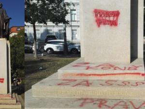 Za Koněva, za SSSR. Někdo posprejoval sochu Wilsona ve Vrchlického sadech