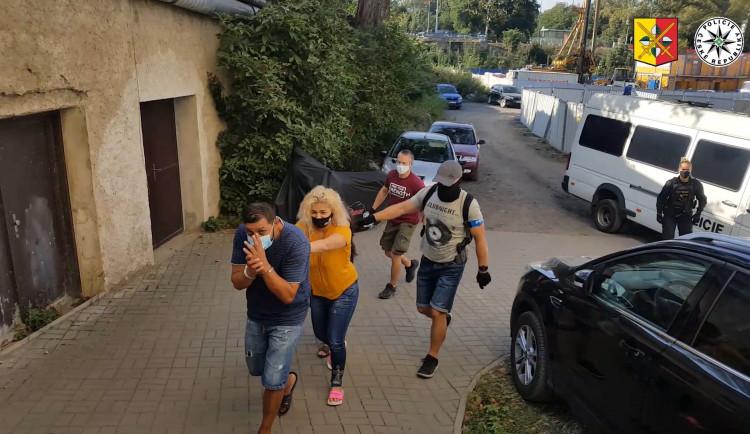 VIDEO: Pražští policisté zadrželi gang, který okrádal seniory i invalidy