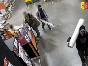 VIDEO: Muži ukradli v pražském Hornbachu věci za třicet tisíc. Pátrá po nich policie