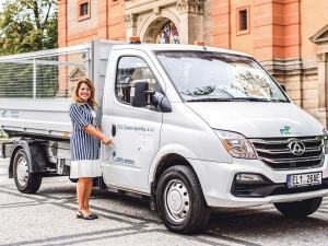 Súklidem vulicích Prahy 5 pomáhá společnosti FCC nové elektroauto