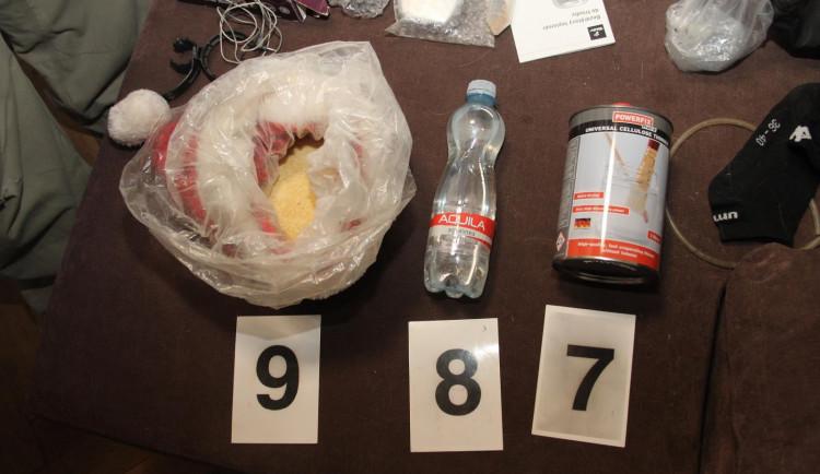 FOTO: Pražští kriminalistérozprášili skupinu dealerů a výrobců pervitinu