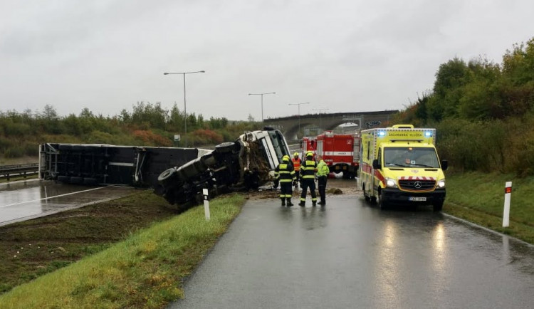 FOTO: Převrácený kamion na Pražském okruhu zablokoval všechny pruhy ve směru na D1
