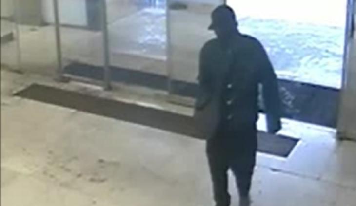 VIDEO: Policisté pátrají po muži, který s granátem v ruce v Praze 4 přepadl poštu