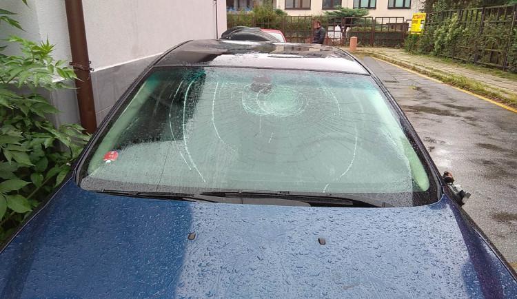 FOTO: Muž se chtěl pomstít bratrovi. Poskákal mu auto a rozbil čelní sklo
