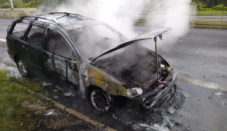 FOTO: Včerejší požár auta ve Strakonické ulici zablokoval dopravu