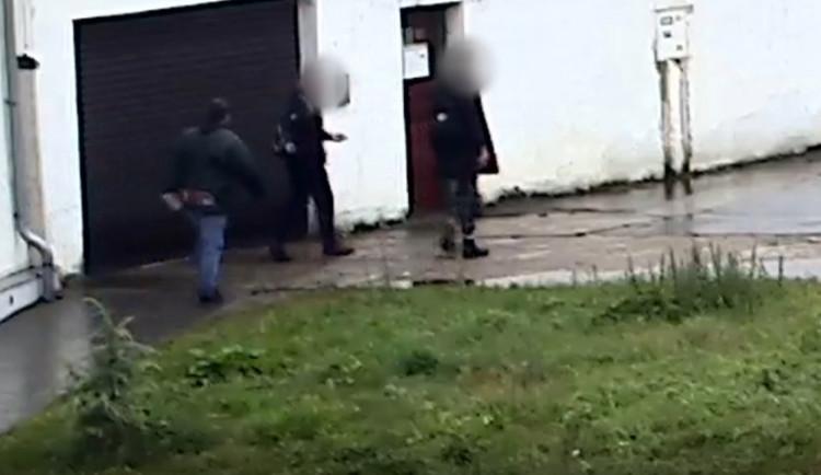 VIDEO: Opilí bratři napadli na zastávce dva mladíky. Agresoři nadýchali přes dvě a půl promile alkoholu