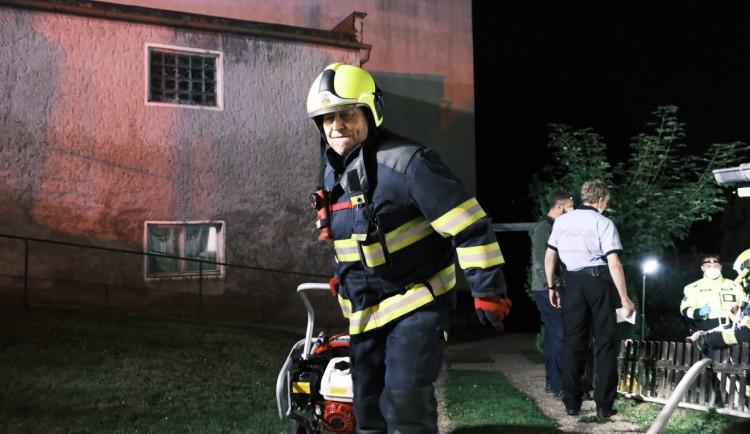 FOTO: Hasiči zasahovali u požáru garáže v Praze 6, při kterém byl zraněn jeden člověk