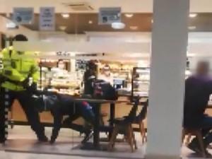 VIDEO: Zabiju vás, chcípni na koronu, ty zm*de! Muž bez roušky urážel lidi v pražské nemocnici