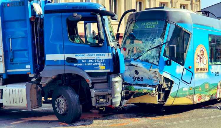 FOTO, VIDEO: V ulici Zenklova se srazil vůz technických služeb s tramvají. Ulice je nyní uzavřena