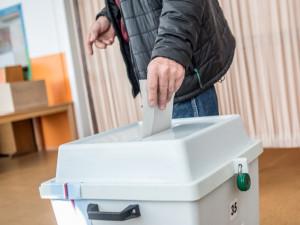 VOLBY 2020: Volební místnosti jsou otevřeny. Přinášíme přehled pražských kandidátů do Senátu