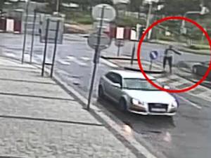 VIDEO: Řidič v Karlíně ve vysoké rychlosti srazil chodkyni. Policie hledá svědky