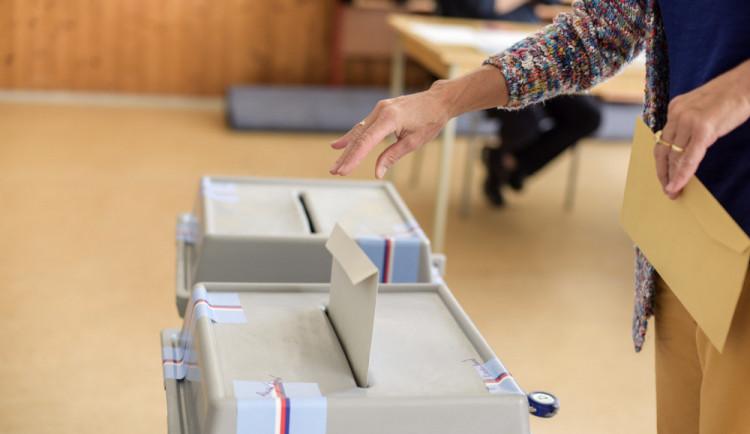 VOLBY 2020: Druhé kolo senátních voleb je tady. Budou nejpočetnější Starostové, nebo ODS?