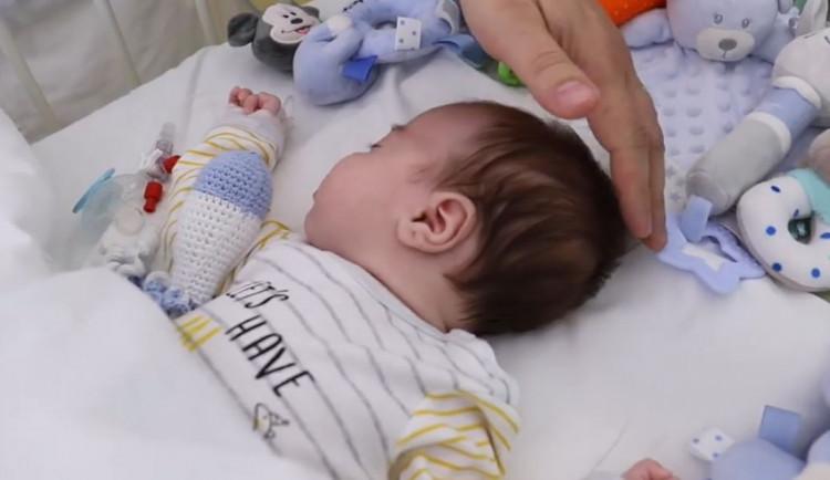 VIDEO: Lékaři v Praze voperovali defibrilátor dvouměsíčnímu chlapci. Je nejmladším pacientem s touto operací
