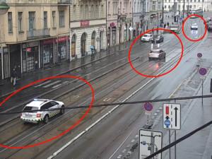 VIDEO: Policejní hlídka pronásledovala Audi v centru Prahy. Zběsilá honička se obešla bez zranění