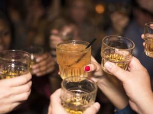 Zákaz alkoholu na veřejných místech platil v Česku také v roce 2012 v době metanolové aféry