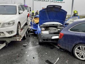 VIDEO: Hasiči zasahovali u dopravní nehody v ulici Novopacká. Jednoho člověka museli vyprostit