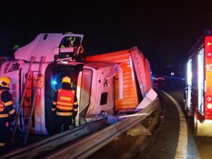 Nehoda kamionu v noci zablokovala sjezd z dálnice D10 na Horní Počernice