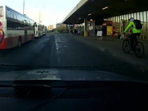 VIDEO: Cyklisté ujížděli před policií. Jeden ukradl kolo, druhý byl v celostátním pátrání