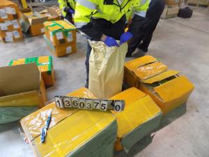 Celníci na ruzyňském letišti objevili 780 kilo chemikálie. Drogy z ní by měly hodnotu půl miliardy