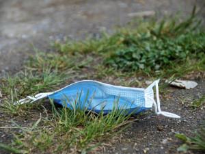 Lidé v karanténě nesmí třídit odpad. Přečtěte si, jak správně vyhodit roušku