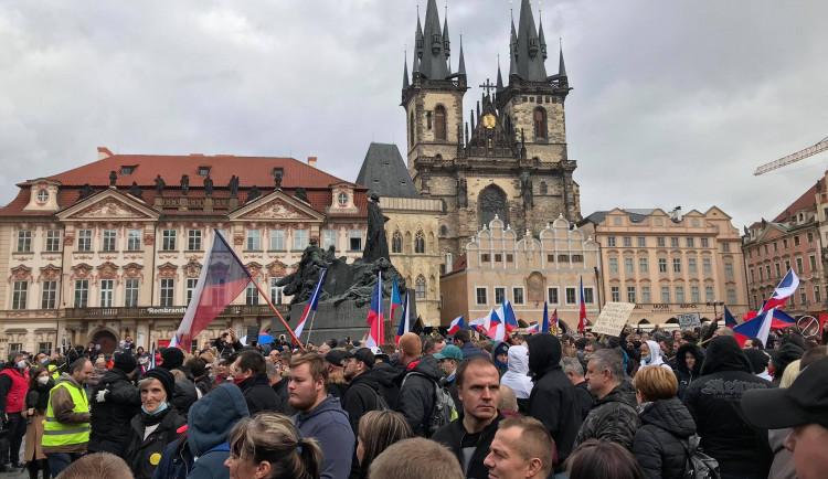 FOTO, VIDEO: Na Staroměstském náměstí probíhá demonstrace proti vládním opatřením