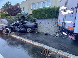 Hasiči zasahovali u nehody náklaďáku a osobního auta v Praze 4