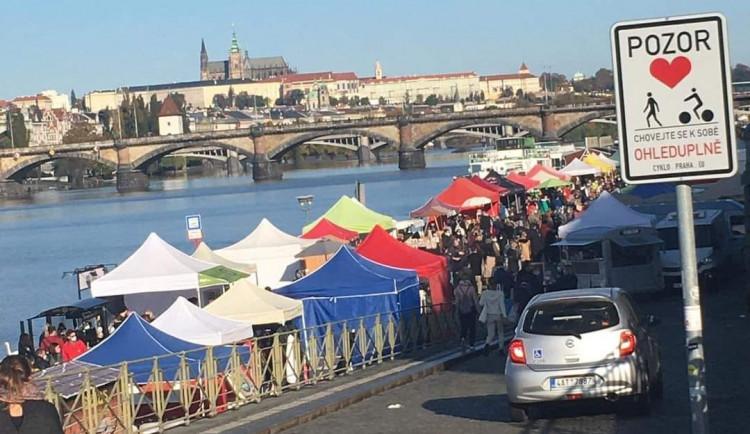 Praha doporučila zrušení trhů na náplavce. Ty se přesto konaly a dorazila spousta lidí