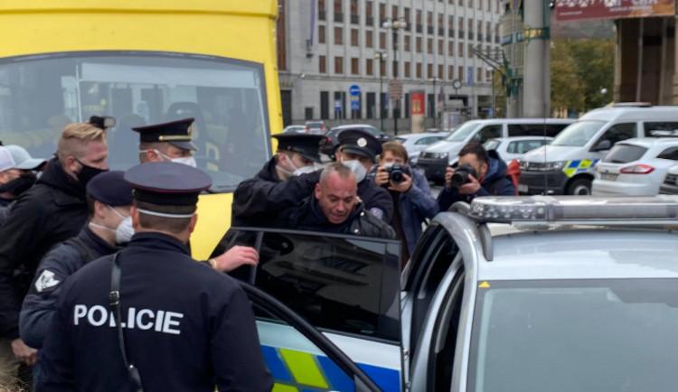 FOTO, VIDEO: První konflikty ještě před začátkem. V Praze vypukly demonstrace proti vládním opatřením