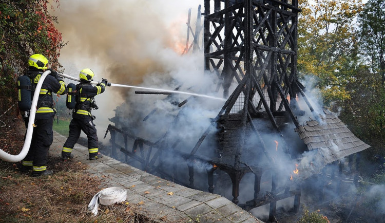 FOTO, VIDEO: Včerejší požár zničil dřevěný kostel sv. Michala ze 17. století. Mohlo jít o technickou závadu, ale také o lidskou chybu