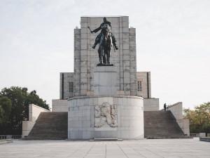 Slavnostní střídání hradní stráže nebo položení věnců na Vítkově. Oslavy vzniku Československa se nesly v komorní atmosféře
